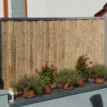 Bambuszaun auf Mauer aufsitzend